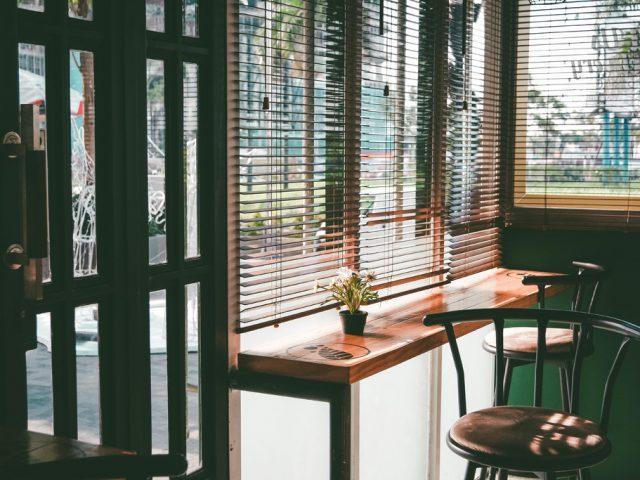 De grootste voordelen van houten jaloezieën in de woonkamer
