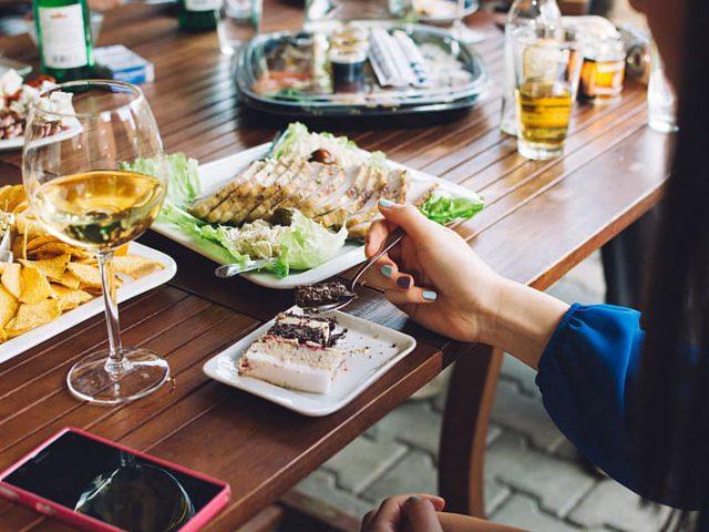 Een dinerparty in de buitenlucht geven