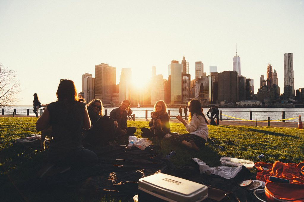 Picknick in het park met tuinmeubelen