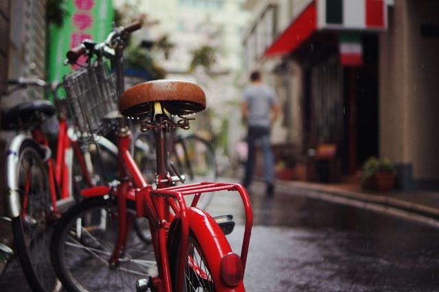 Een e bike berg je eenvoudig buitenshuis op